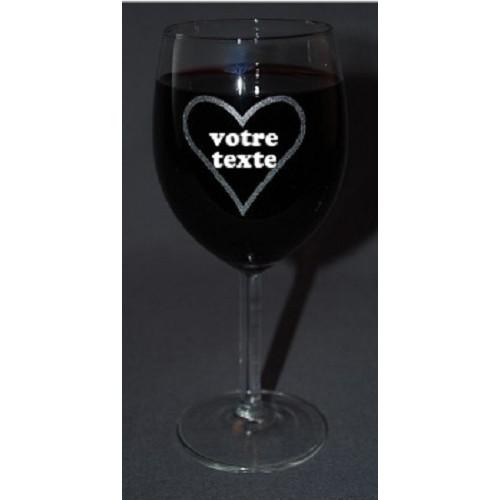 Verre à vin gravé motif cœur personnalisable.