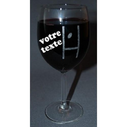 Verre à vin gravé motif poteau de rugby personnalisable.