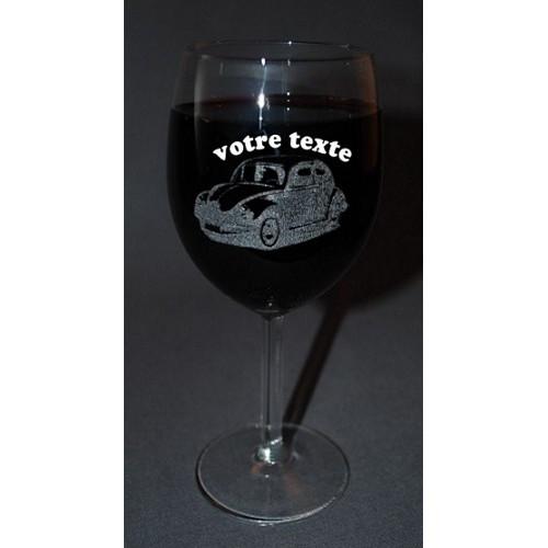 Verre à vin gravé motif cerf personnalisable.