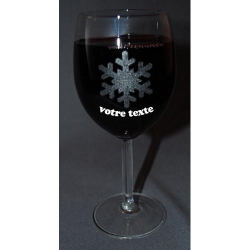 Verre à vin gravé motif flocon hiver neige personnalisable.