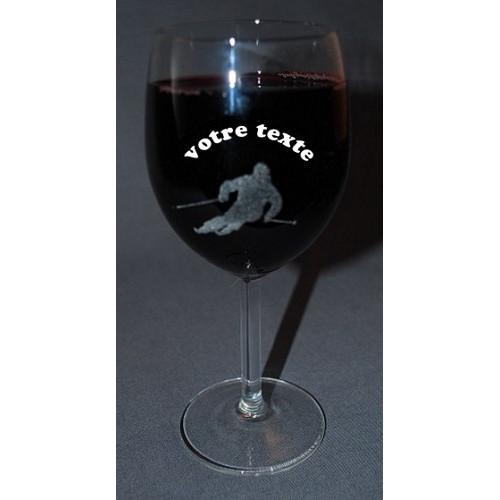 Verre à vin gravé motif skieur personnalisable.